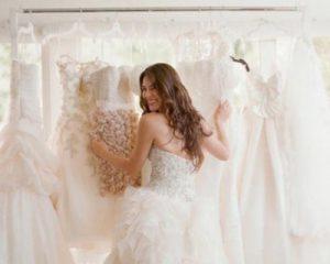 Sposa che sceglie il vestito da sposa