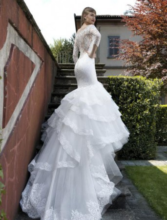 vestiito da sposa in pizzo mezza sirena con gonna ampia e lungo strascico in tulle maniche tre quarti schiena trasparente in pizzo