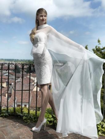vestito da sposa a tubino corto con mantella in organza