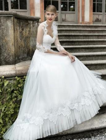 vestito da sposa ampio in pizzo e tulle con balza tulle plissè coprispalle in tulle elastico scollo a cuore