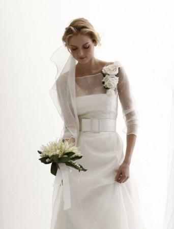 vestito da sposa spose di giò in mikado doppiato in organza point d'esprit , scollatura quadrata cintura alta in vita e maniche tre quarti, velo in organza