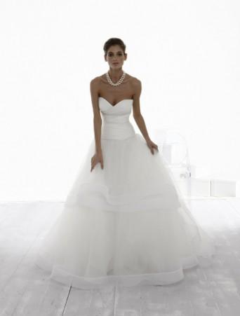 vestito da sposa con corpetto in mikado vita molto bassa scollo a cuore e gonna ampia in tulle ed organza a più strati