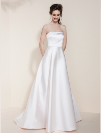 abito da sposa in neoprene rosa con gonna svasata e corpetto decollete con scollo dritto