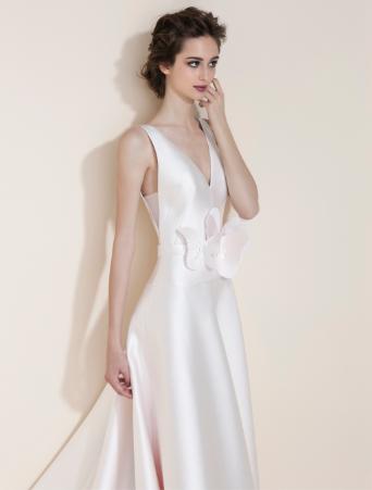 vestito da sposa rosa con scollo a V davanti e dietro gonna svasata con farfalle taglio laser in vita particolare