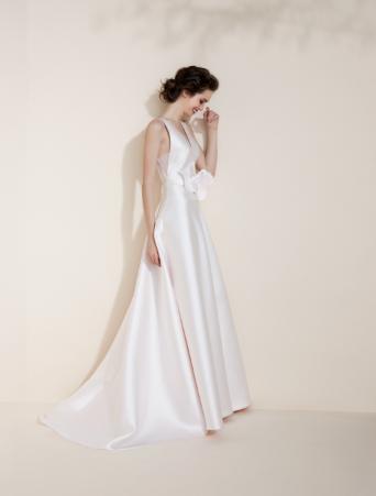 vestito da sposa rosa con scollo a V davanti e dietro gonna svasata con farfalle taglio laser in vita