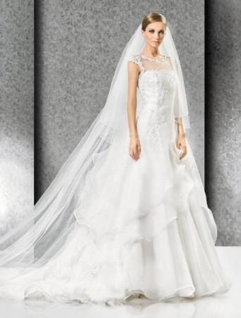 vestito da sposa in organza e pizzo con velo lungo vita bassa ampio con spalline e scollo velato