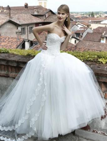 abito da sposa con gonna ampia in tulle e sopragonna con bordo pizzo corpetto decollete in pizzo con scollo a cuore