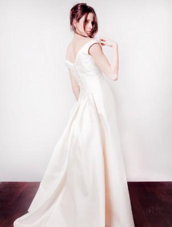 vestito da sposa Joelia in mikado a tubino con strascico scollatura a V sulla schiena e bottoncini