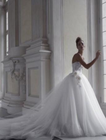 abito da sposa vittoria bonini gonna molto ampia in tulle corpetto in pizzo applicazioni con tralcio di rose
