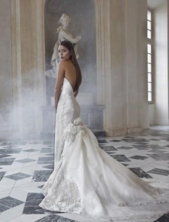 vestito da sposa vittoria bonini decolletè a sirena in pizzo con applicazioni di fiori e strascico in organza