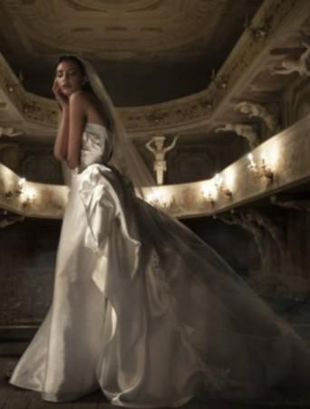 vestito da sposa vittoria bonini ampio in raso douchesse corpetto e gonna drappeggiati velo lungo bordo pizzo