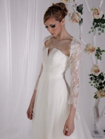 vestito da sposa Vittoria Bonini in chiffon svasato corpetto decolletè a V drappeggiato coprispalle in pizzo valencienne