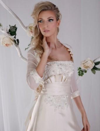 vestito da sposa Vittoria Bonini mikado rosato con applicazioni effetto tre D e coprispalle in organza manica tre quarti