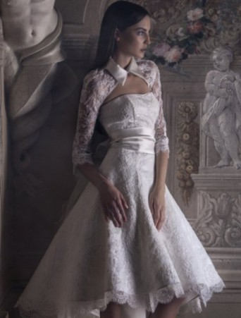 vestito da sposa corto Vittoria Bonini in pizzo con coprispalle manica lunga e collo a camicia