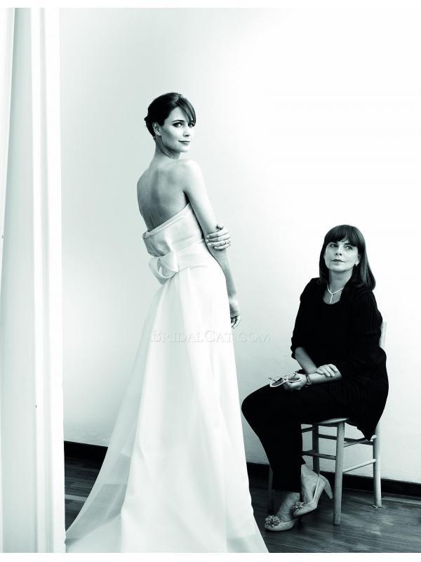 La sposaa sceglie l'abito con la mamma