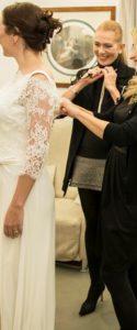 Alessandra Cristiani La Fata Madrina con una sposa durante la scelta dell'abito