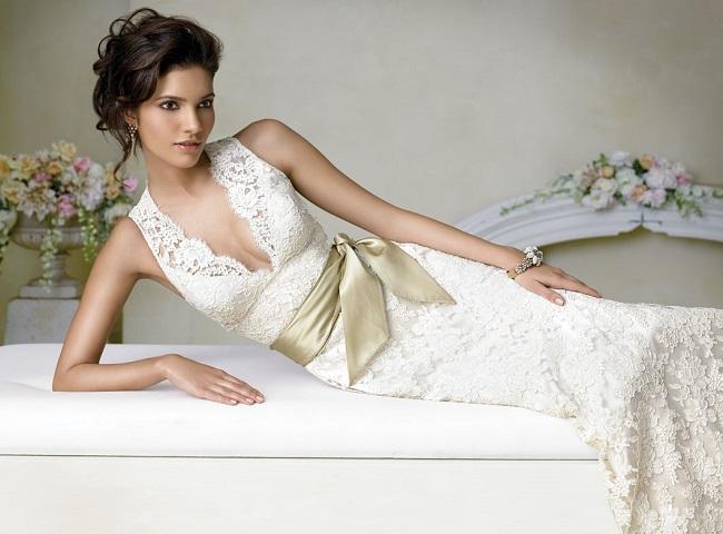 abito da sposa in pizzo avorio con cintura in douchesse dorata