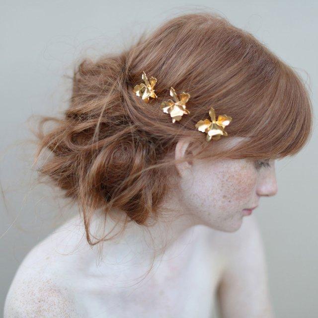 acconciatura da sposa con piccoli  fiori dorati in metallo