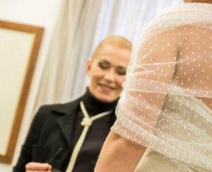 La Fata Madrina Alessandra Cristiani durante una consulenza ad una sposa