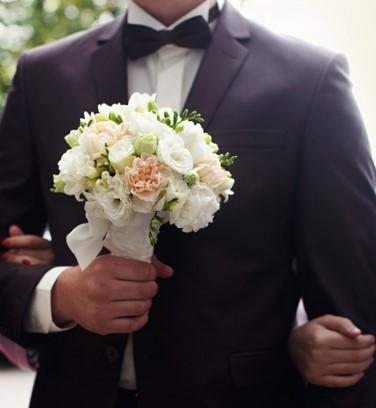 sposo con bouquet