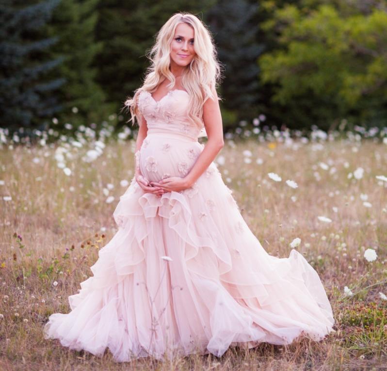 sposa incinta con abito rosa