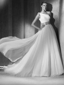 abito da sposa stile impero monospalla adatto ad una gravidanza iniziale