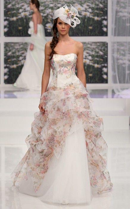 abito da sposa decolletè in organza fiorata e bianca