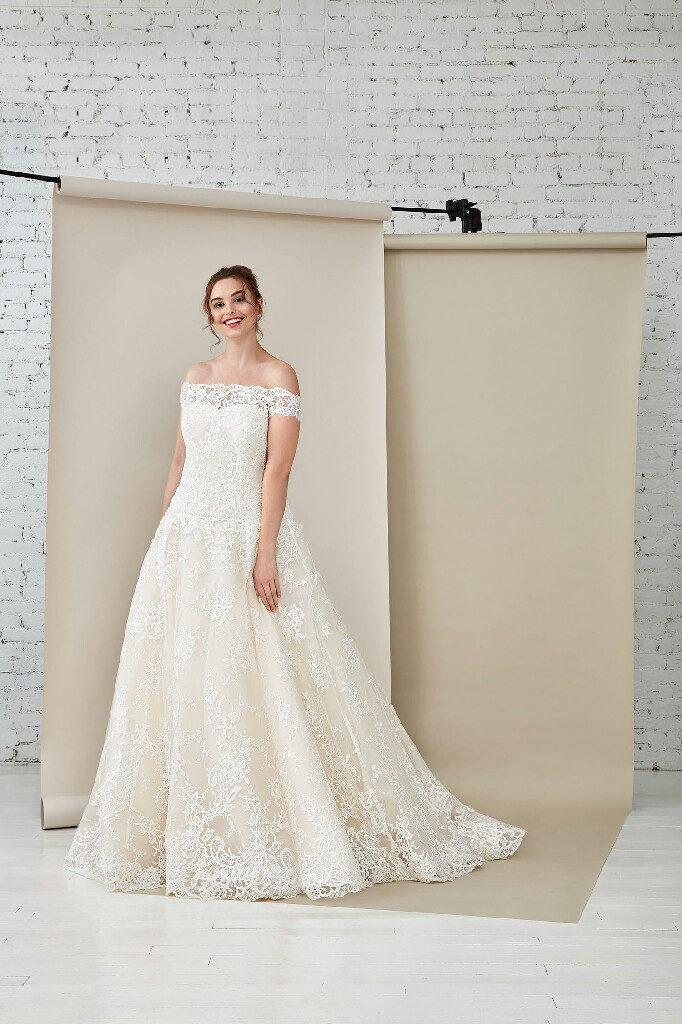 vestito da sposa curvy scollatura omerale in pizzo