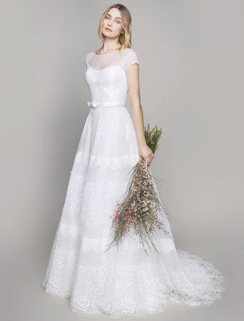 vestito da sposa Le Spose di Giò, svasato in organza point d'esprit con applicazioni in pizzo maniche corte scollatura velata girocollo