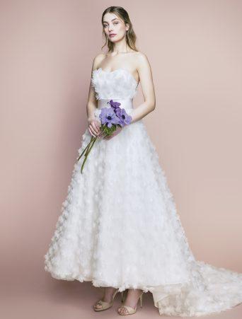 vestito da sposa Le Spose di Giò in tulle con fiori tre D decolletè ad onda longuette con strascico