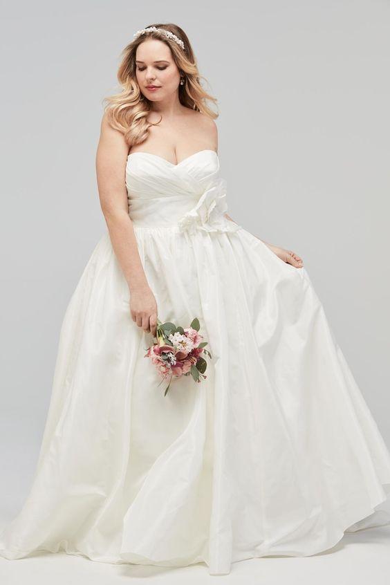f19ba2a0a8e3 Con la consulenza della Fata Madrina trovi l abito da sposa dei tuoi ...