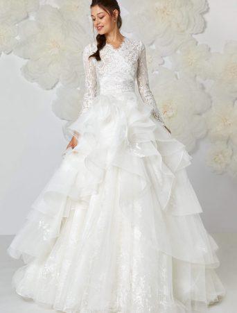 vestito da sposa Atelier Emè ampio gonna in organza con rouches corpetto a V accollato ed incrociato manica lunga in pizzo
