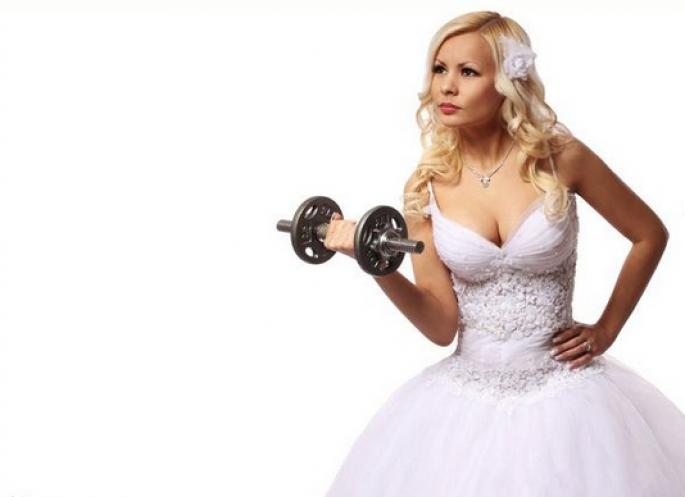 sposa che fa i pesi, dimagrire per il matrimonio