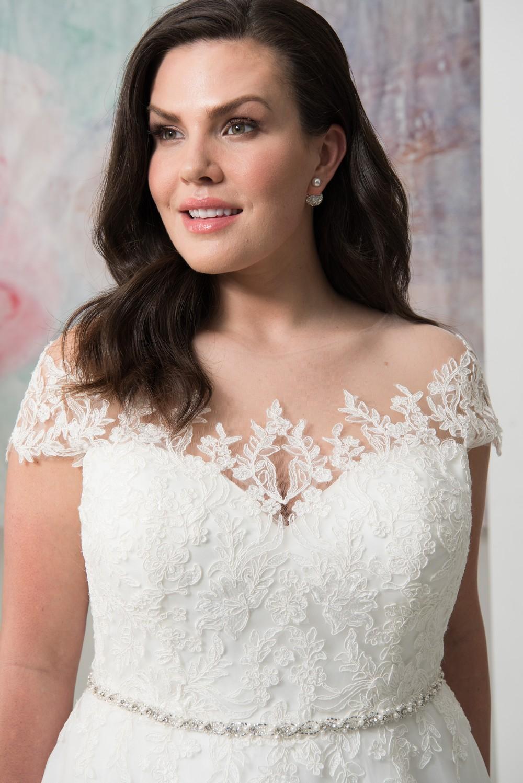 abito da sposa curvy scollatura omerale con pizzo