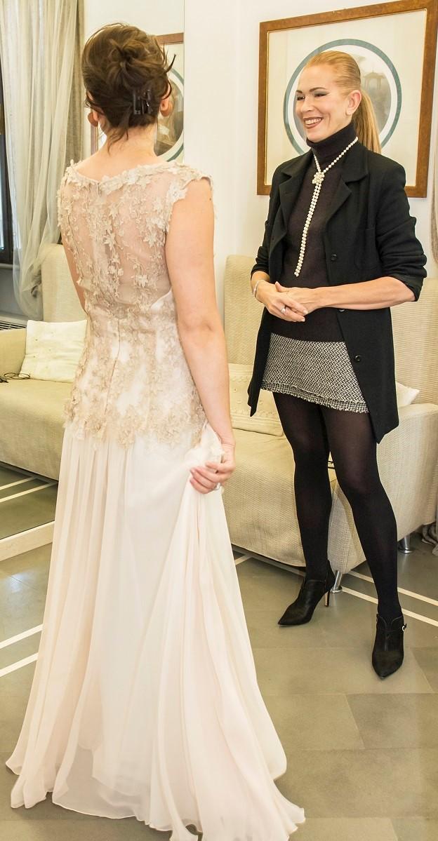 La Fata Madrina Alessandra Cristiani con una sposa durante la scelta dell'abito