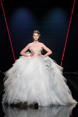 abito da sposa Emiliano Bengasi con gonna in tulle e swarovsky molto ampio