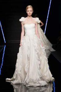 abito da sposa Enzo Miccio collezione 2019 con applicazioni di fiori sulle spalle
