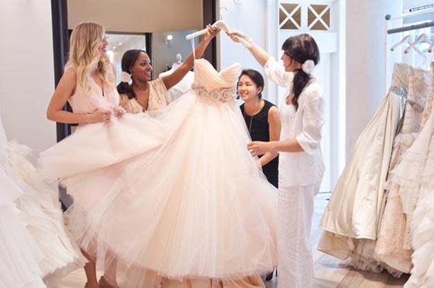 scelta dell'abito da sposa con le amiche