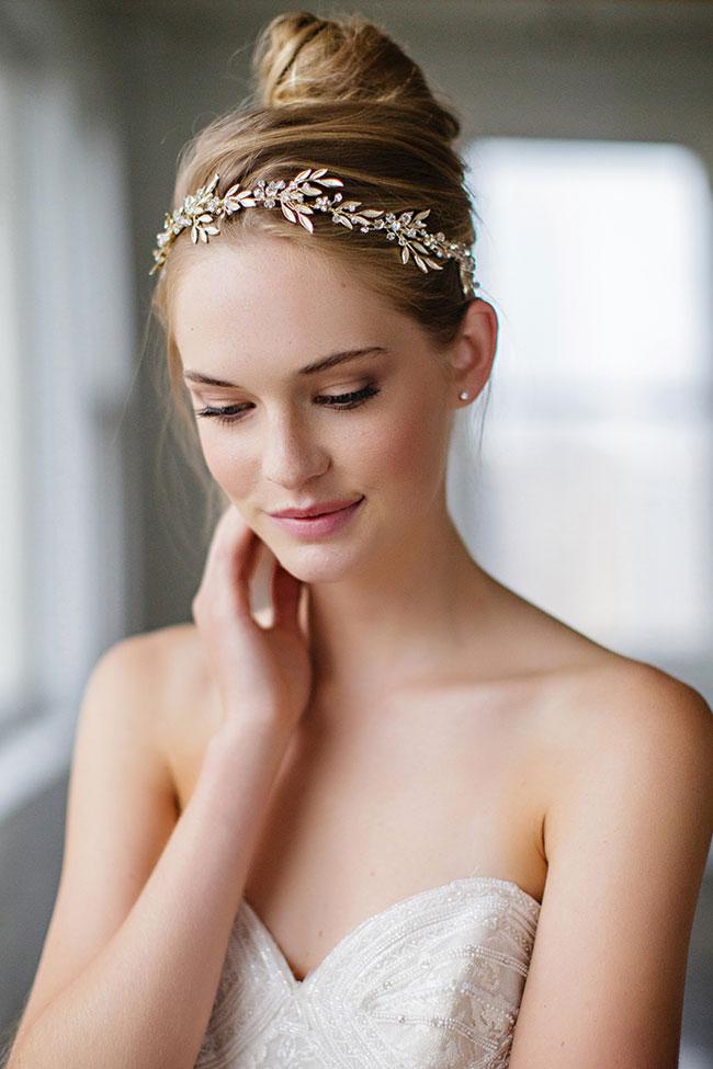 chignon alto sposa con coroncina