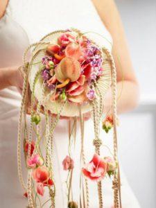 bouquet da sposa realizzato con fiori e corda