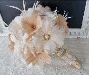 bouquet da sposa realizzato con piume