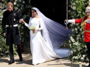 Meghan Markle vestita da sposa esce da St. George's Chapel