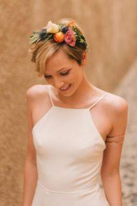 acconciatura per sposa con capelli corti con fiori