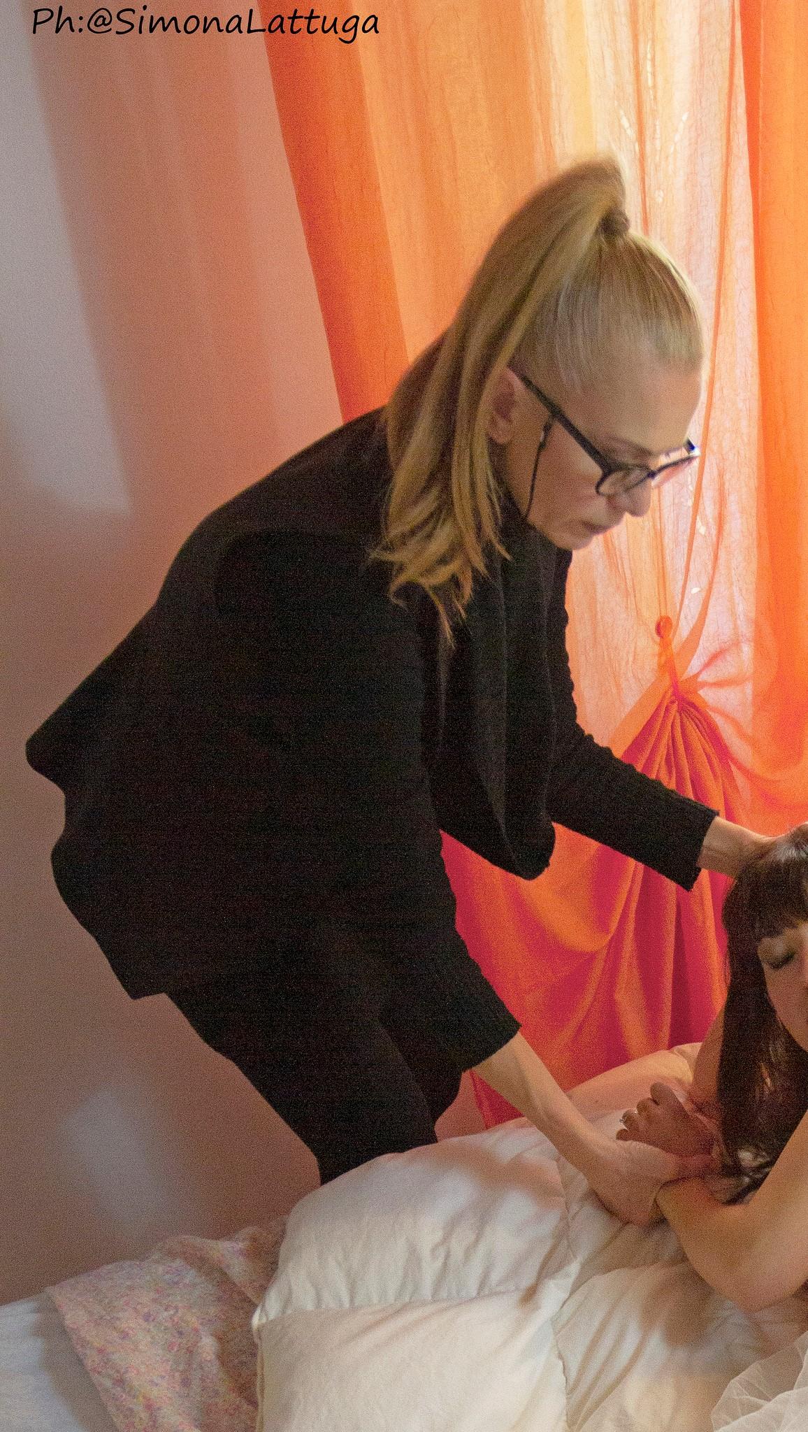 Alessandra Cristiani durante uno styling per foto boudoir
