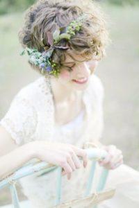 acconciatura per sposa con capelli di lunghezza media mossi con coroncina di fiori