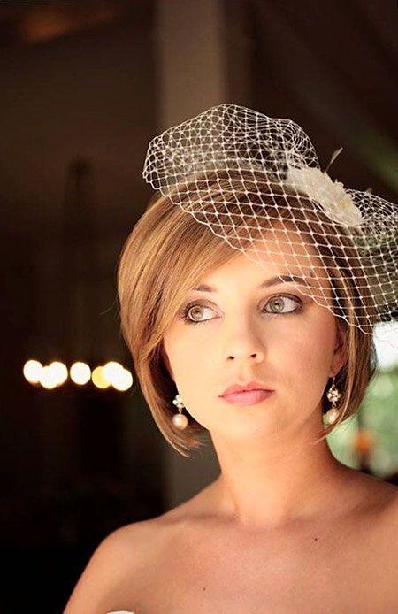 acconciatura per sposa con capelli di lunghezza media caschetto liscio con veletta