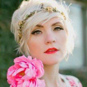 acconciatura per sposa con capelli di lunghezza media con coroncina di piccoli fiori colorati