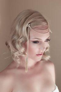 acconciatura per sposa con capelli di lunghezza media anni trenta con fermaglio e catenella sulla fronte