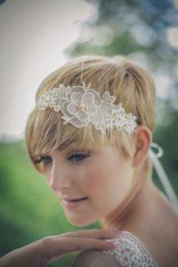 acconciatura per sposa con capelli cortissimi con fascia in pizzo