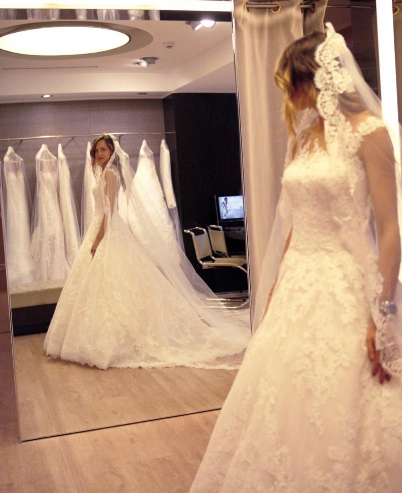 sposa che sceglie l'abito